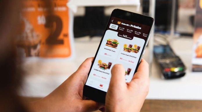 Celular aberto com o Clube BK, o programa de fidelidade do Burger King