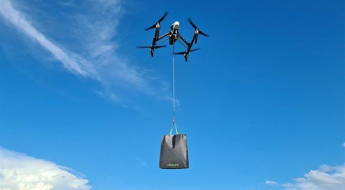 O Boticário entregando um perfume por drones.