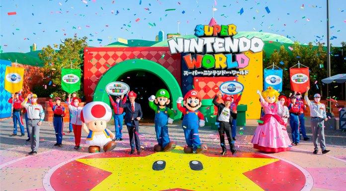 Abertura do Super Nintendo World, com os personagens de Mario e seu criador, funcionários e dono do parque em frente a entrada.