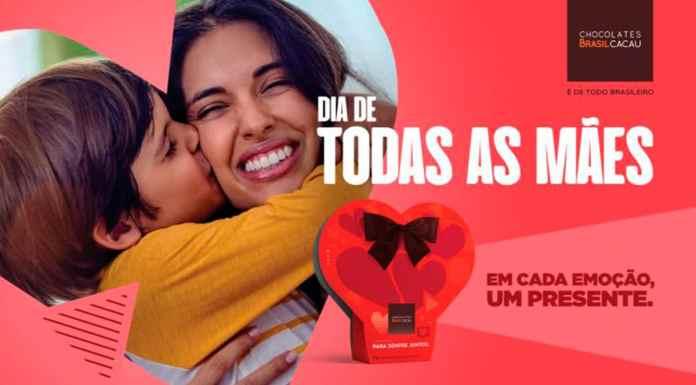 Banner da linha de Dia das Mães da Brasil Cacau. A foto apresenta uma mãe abraçando seu filho, enquanto ele o beija. Ao lado tem o logo da marca junto com as frases