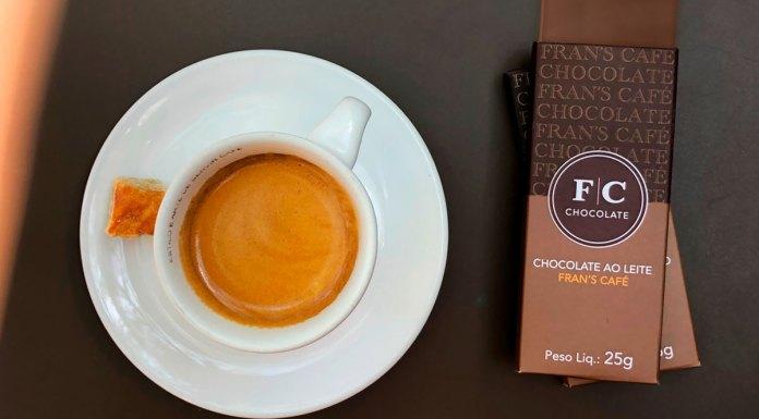 Foto de divulgação da nova linha de chocolates Premium do Fran's Café. A esquerda uma xicara de café e a direita tabletes de chocolate.