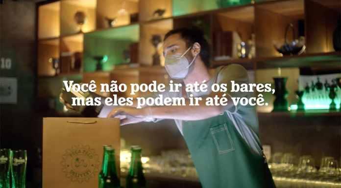 Campanha da Heineken para ajudar os bares na final da Champions League. A foto apresenta um homem empacotando cervejas no bar e com máscara, no meio da tela tem a frase