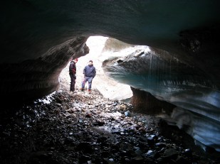 Subglacjalny system odwadniający może być bardzo zróżnicowany. Ze względu na stosunek kanału do lodu i podłoża, wyróżniamy dwa główne typy kanałów subglacjalnych. Na fotografii przedstawiono kanał typu R, tj. półkolisty kanał wycięty w lodzie, a nie w podłożu, jak ten w lodowcu Sven z powyższej fotografii. //R-channel beneath Sven glacier (Svenbreen). Fot. Jakub Małecki, 2014//