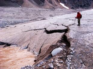 Woda uchodzi z kanałów subglacjalnych na powierzchnię poprzez tzw. bramy lodowcowe. Zdjęcie pokazuje wypływ spod lodowca Ebba. //Water outflow on Ebbaglacier (Ebbabreen). Fot. Jakub Małecki, 2010//
