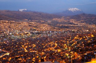 La Paz. W tle sześciotysięczniki Mururata (po lewej) i Illimani (po prawej). Fot. J. Małecki