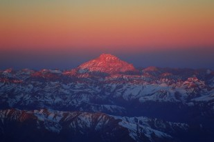 Najwyższy szczyt Andów - Aconcagua - o zachodzie słońca, widziany z samolotu. Fot. J. Małecki