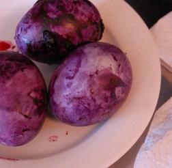 Färga påskägg med blåbär (2)