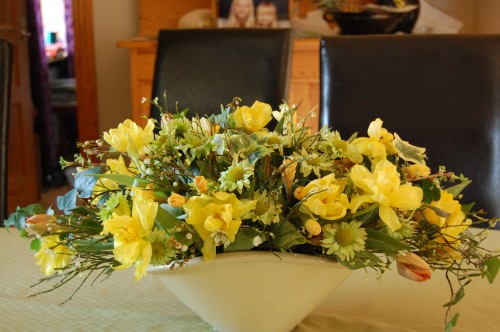 Stor påskdekoration med gula tulpaner o påskliljor, limegrön chryss