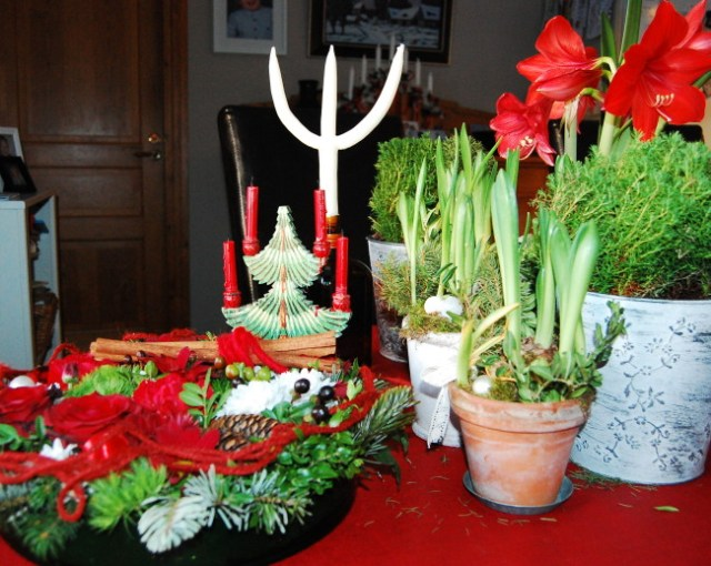 Julbordets dekorationer i traditionellt rött (1)
