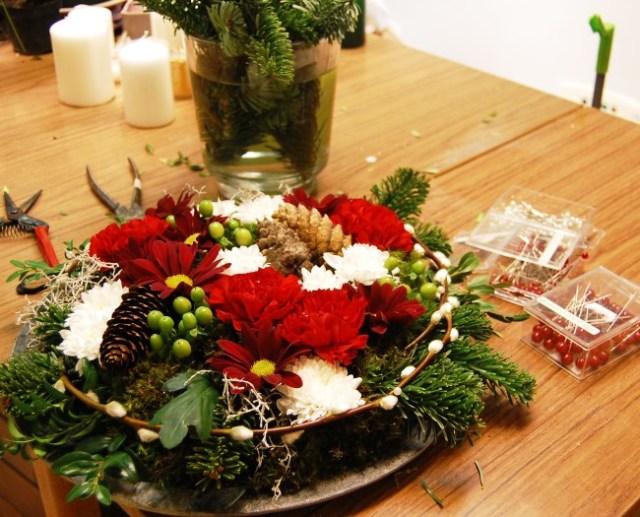 Julig bordsdekoraton med nejlikor och chrysantemum (2)