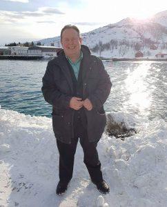 På besøk på Vengsøya. Foto på fergekaia med fiskebruket i bakgrunnen.
