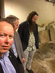 På omvisning i kjelleren på Kunstforenignsbygget, med Kunsforeningens styreleder Odd-Arne Thunberg og indentant Leif Magne Tangen.