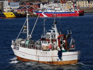 Norsk fiskebåt med tråler i bakgrunn. (Ilustrasjonsfoto Pixabay.com)
