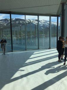Inne i terminalen og med utsikt mot Tromsøsundet og Tromsdalen.