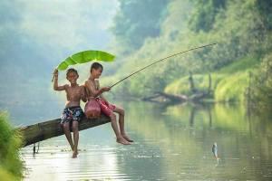 Barn fiskar blad regn