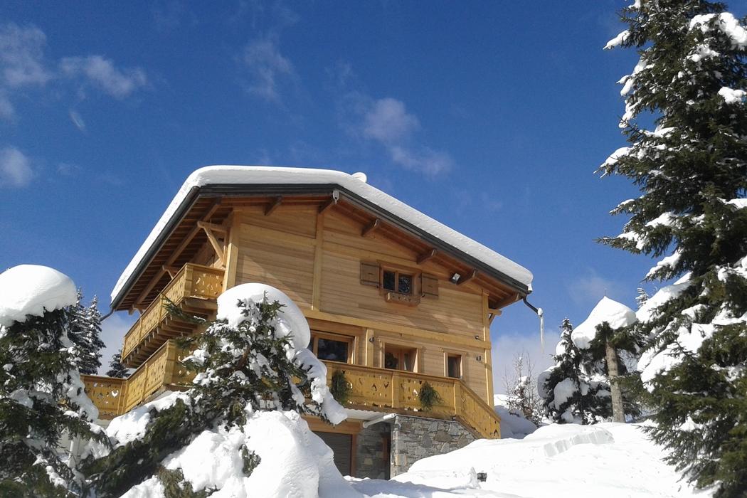 Le petit village-station Les Carroz d'Araches est située dans les Alpes. Les Carroz c'est est la station de ski parfaite en tous points : pistes, enneigement, activités... Elle fait partie du domaine du Grand Massif composé de 5 stations de ski reliées de 700 m à 2500 m d'altitude : Flaine, Les Carroz, Morillon, Samoëns et Sixt. Point culminant : 2500 m d'altitude.