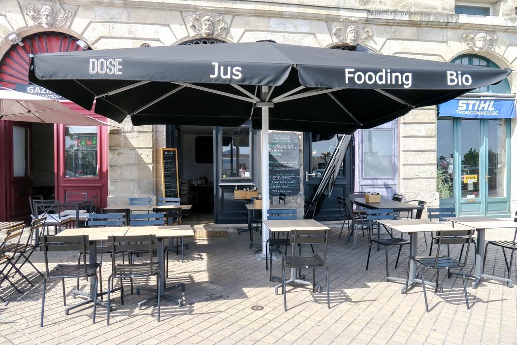 DOSE c'est un excellent restaurant bar à jus à Bordeaux. Idéal pour un petit déj vitaminé, un jus frais ou un déjeuner healthy végane. La nourriture et les jus sont bio, sans additif, de production locale et raisonnée et/ou sont issus du commerce équitable pour les produits exotiques (épices, baies, graines...). La carte offre la possibilité de manger végane et sans gluten, avec beaucoup d'options crûes.
