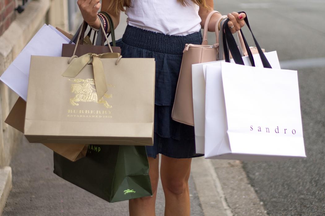 Objectif zéro shopping : mettre un frein aux achats impulsifs motivés par un bon de réduction, les soldes, la mode ou encore le coup de cœur du moment qui fait frémir Instagram. Concrètement, comment s'y prendre ? Est-ce réalisable ? Epanouissant ou bien frustrant ? Retour sur deux années passées loin des magasins. Je fais le bilan de mon mode de vie slow consommation.