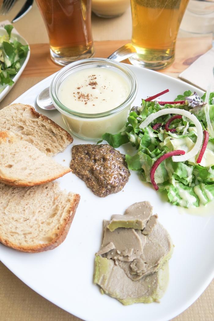 Lulu Graine d'un Monde est un restaurant végane installé dans le centre-ville de Dijon. L'endroit tout trouvé pour une pause bio, locale et végétale, pour le déjeuner ou le goûter. Chaque jour le menu propose une soupe, une assiette fraîche, un plat, un ou plusieurs desserts et quelques fois un sandwich. La plupart des plats sont sans gluten et tous les légumes sont cultivés en France et si possible dans un rayon de cinquante kilomètres autour de Dijon. C'est aussi un lieu d'échange et de partage avec la possibilité de participer à des événements et des ateliers autour de la culture végane.