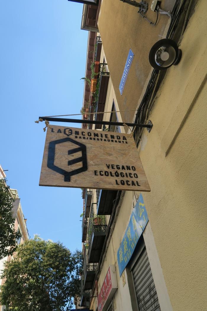 La Encomienda est un bar restaurant végane qui a ouvert ses portes en août 2016 à Madrid. Ici la cuisine est végétale, locale, bio. On y vient pour prendre un verre en picorant des tapas, manger des plats originaux, colorés et sains ou bruncher entre amis pendant le week-end.