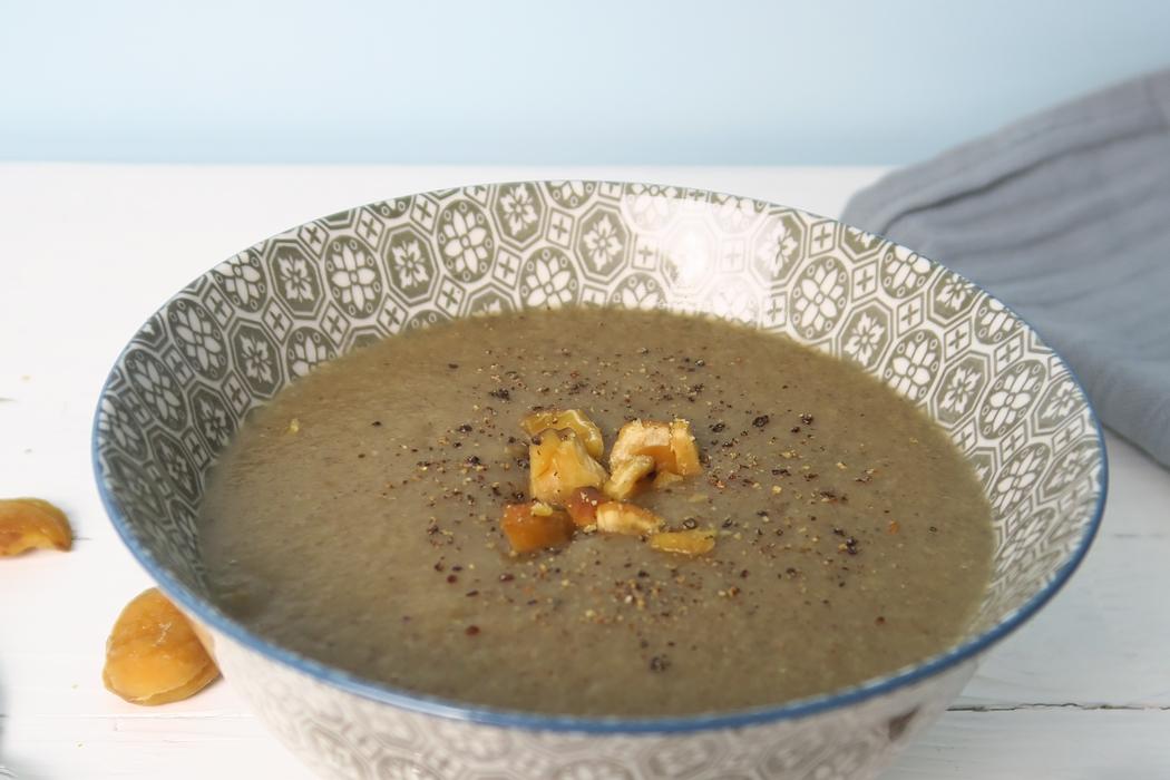Par ici la recette douceur ! Des champignons, des châtaignes, un peu de vapeur et voilà un velouté végane simple et gourmand pour réchauffer les coeurs.