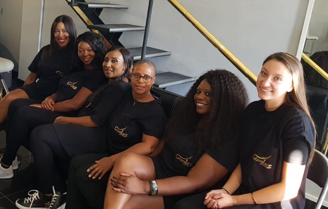 femmes qui portent toutes un t shirt noir représentant glam lace