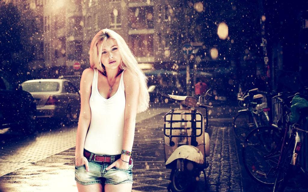 2014-01-Women-Short-Jeans-Fashion-Style-Wallpaper
