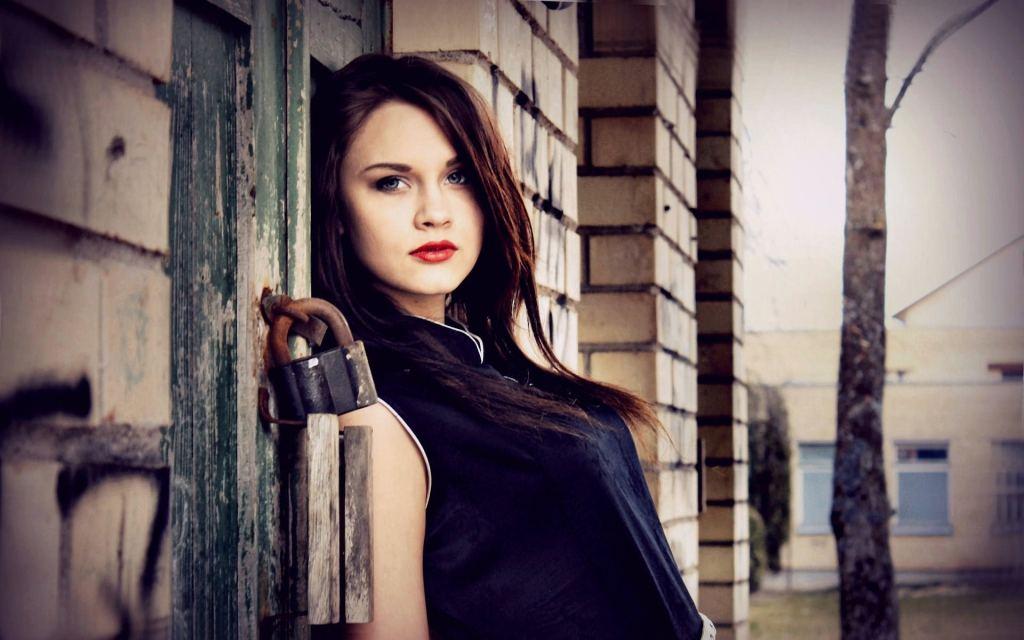 7012343-building-fashion-girl-model-photo (1)