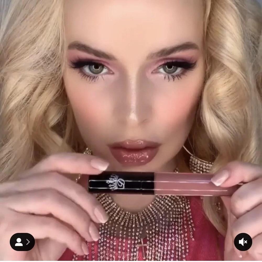 Dawes lipstick model cruelty-free pink lipgloss