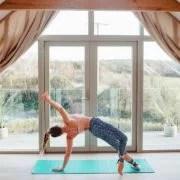 yoga woman side plank