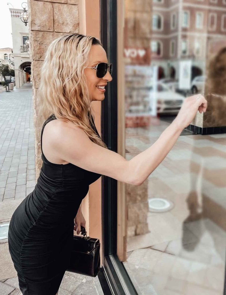 Carrie Bradshaw outfit little black dress lunch date
