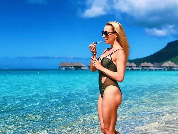 beauty influencer Eve Dawes beach Moorea