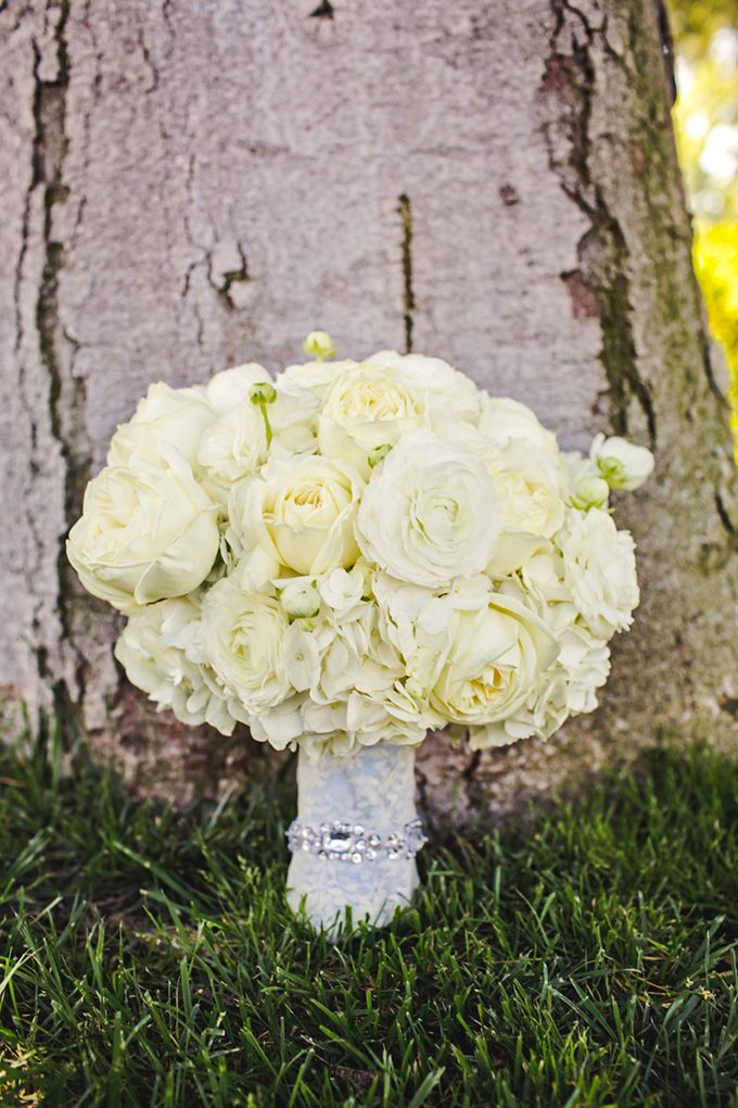 white bouquet | Lindsey Gomes Photography | Glamour & Grace