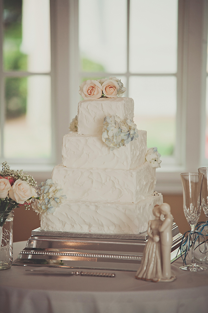 classic white cake | Tara Tomlinson Photography  | Glamour & Grace