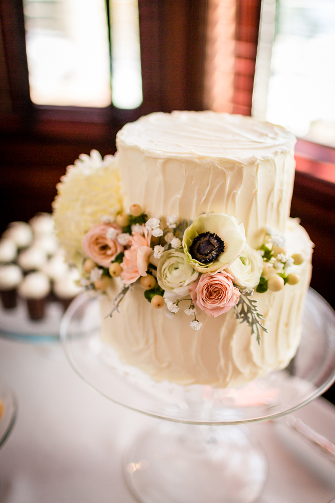 white buttercream cake | Carina Photographics | Glamour & Grace