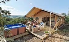Extérieur tente lodge au glamping Domaine de l'Oulivie à Combaillaux en Languedoc-Roussillon