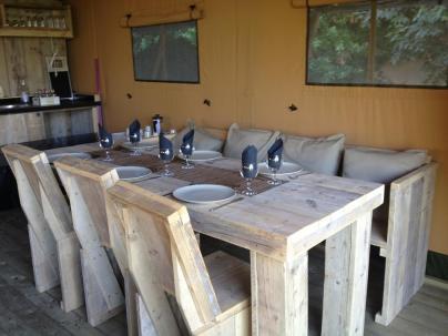 Coin repas Tente Lodge au Glamping at Montazellis à Alignan du Vent en Languedoc-Roussillon