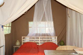 Chambre double tente safari au glamping La Verte à Villars en Aquitaine