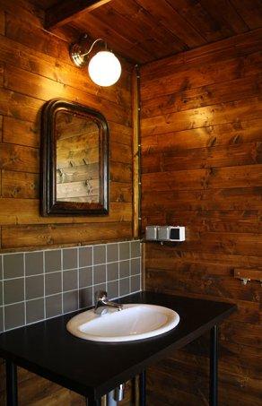 Espace salle de bain privative au glamping La Verte à Villars en Aquitaine