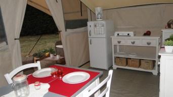 Tente Cotton Lodge Espace repas et terrasse au glamping Le Moulin à Martres Tolosane en Midi-Pyrénées