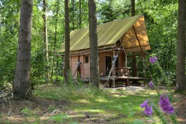 La Cahutte, mi cabane mi tente au glamping Huttopia à Senonches en Centre Val de Loire