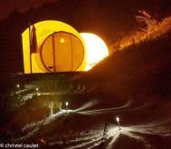 Bulle simple de nuit avec accès éclairé au glamping Les Gouttes d'Eau à Labastide de Penne en Midi-Pyrénées