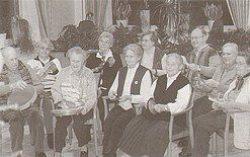 Musik als Beitrag zur Lebensbewältigung: Senioren-Gruppe beim Spiel mit Rhythmus-Instrumenten