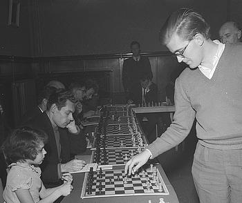 Der junge Bent Larsen als Simultanist gegen eine noch jüngere Gegnerin (Kroon 1959)