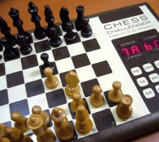 """Für den 40-jährigen """"Fidelity Chess Challenger 1"""" (Chicago Januar 1977) viel zu schwierig: Die Godzilla Endgame Chess Puzzles 2017"""