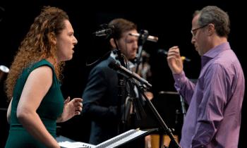 Sopranistin Annika Socolofsky, Bariton John Daugherty und Alan Miller (Dirigent des Ensemble Dogs of Desire) performen im Wechsel von instrumentalen und vokalen Songs