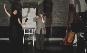 """""""Es war einmal ein Winter"""": Szenenfoto aus dem Theatre Musical """"Schnee"""" von Christian Henking und Zarin Moll (Atelier Contrast)"""