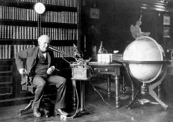 Thomas A. Edison diktiert in seinen Phonographen (1877)
