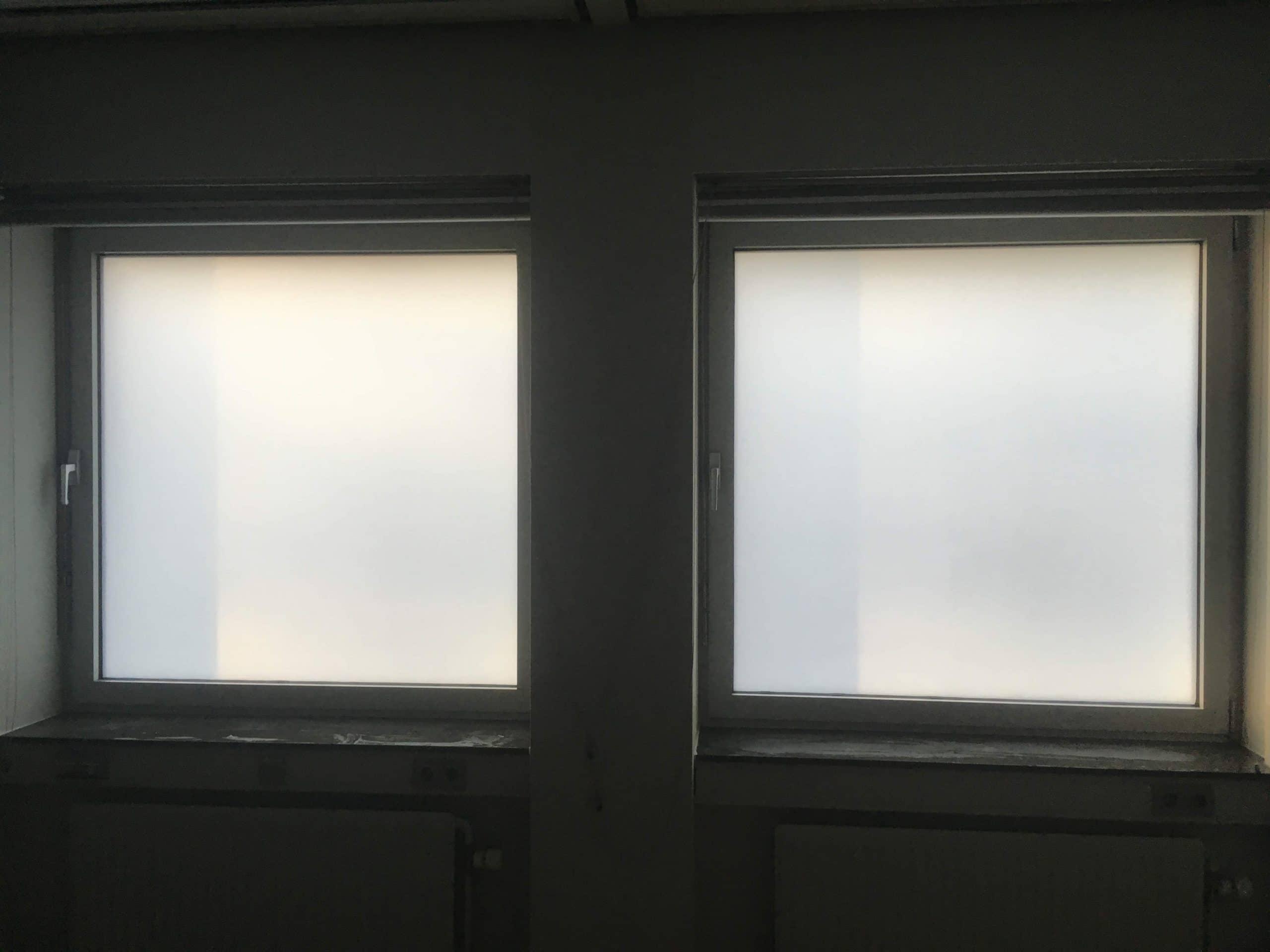 Alsof het glas gezandstraald is, zo ziet het glas eruit na de montage van glassetch van Sunblock. 100% privacy en toch zeer veel daglicht
