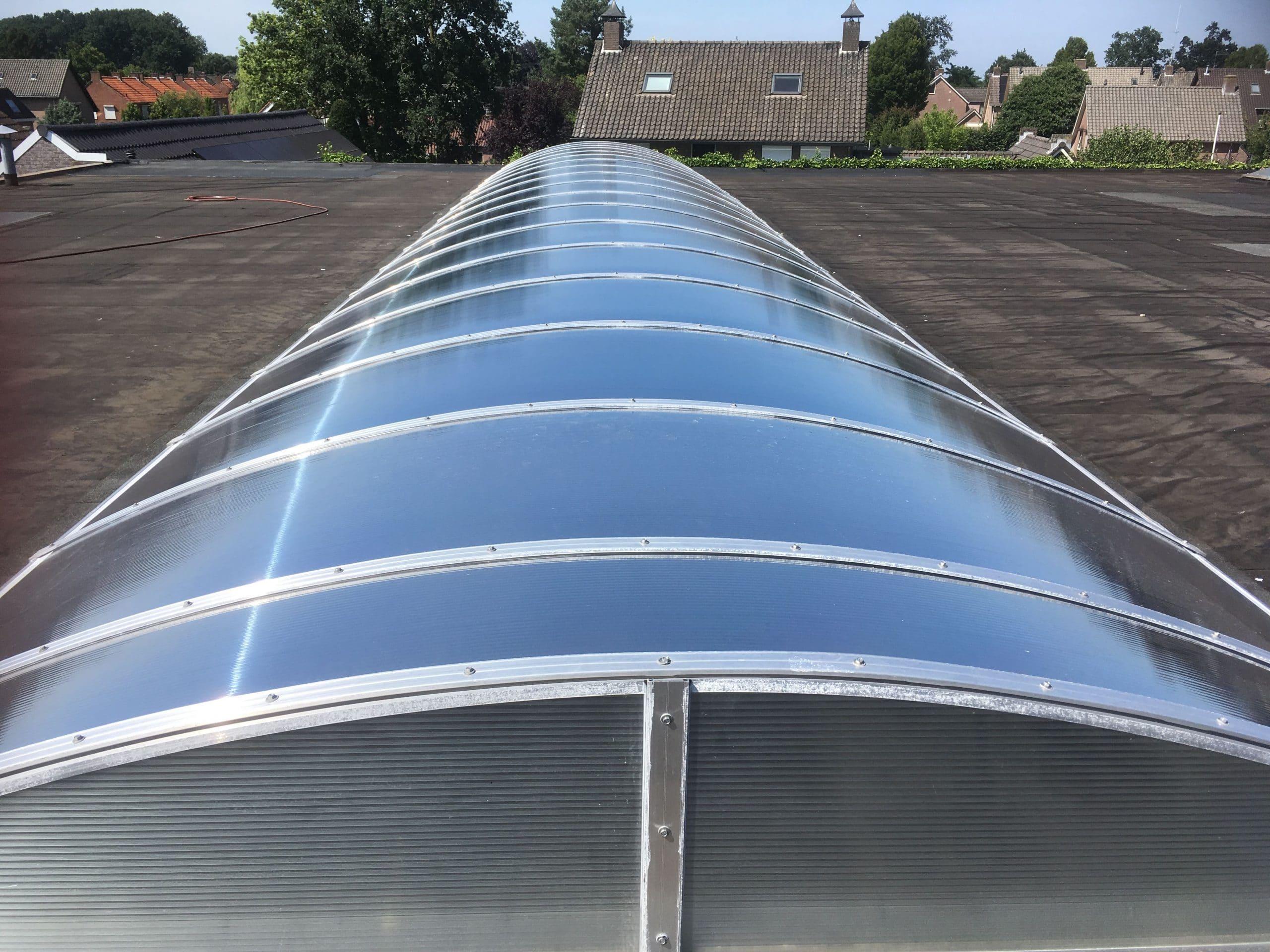Sunblock Zilver 20 folie voor kunststof lichtstraten kan op kunststof lichtstraten aangebracht worden en weert dan tot 86% van de zonnewarmte